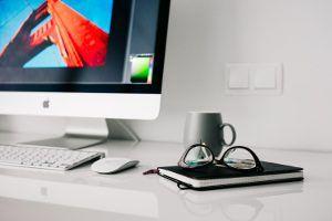 trabajos en oficina con pantallas led federopticos idiakez 300×200